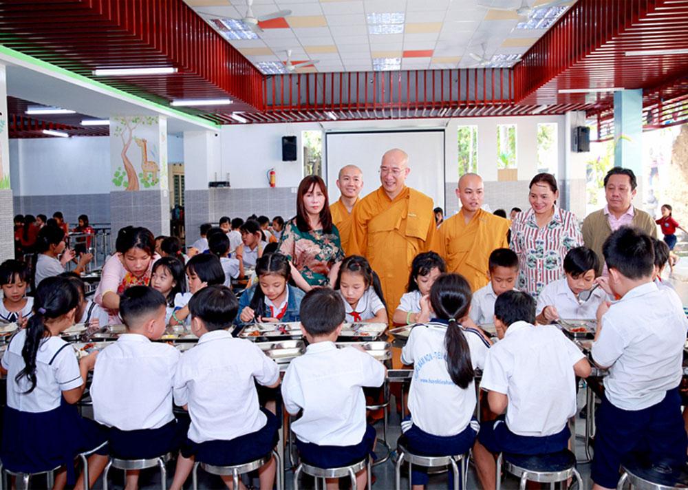 Sư Phụ đi thăm khu nhà ăn của Trung tâm nhân đạo Quê Hương