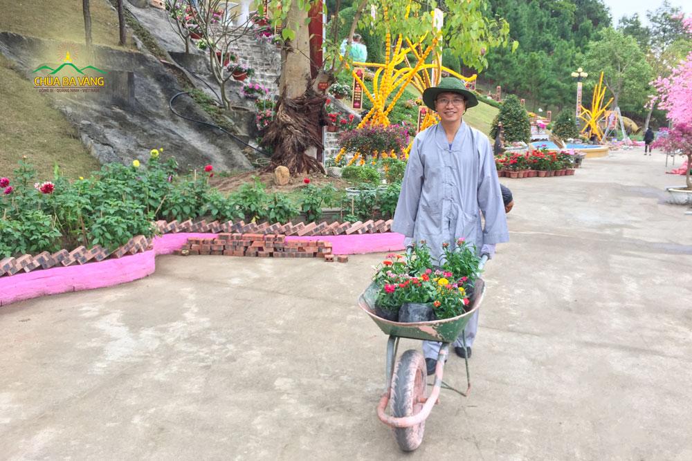 Phật tử vận chuyển những khóm hoa tại khu vườn xuân A Di Đà