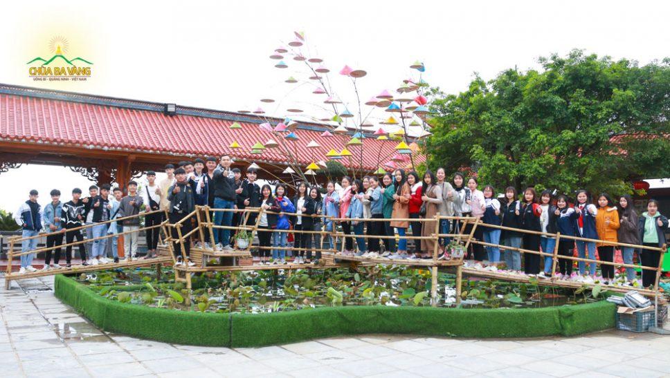 Các bạn học sinh Trường THPT Chí Linh hân hoan về chùa tham quan và vãn cảnh