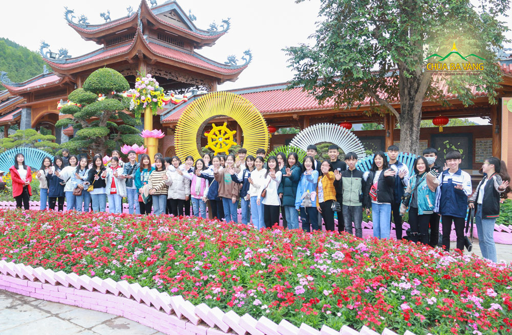 Các bạn học sinh chụp ảnh lưu niệm tại chùa