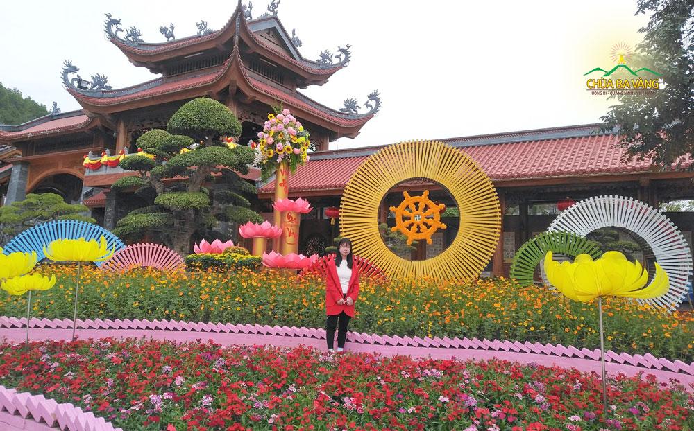 Bạn Nguyễn Thị Thu Hiền chụp ảnh kỷ niệm trong chuyến đi tham quan tại chùa