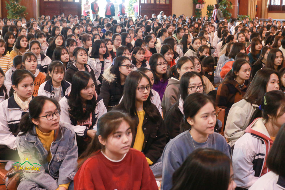 Các bạn trẻ chăm chú lắng nghe Đại đức chia sẻ về luật Nhân Quả