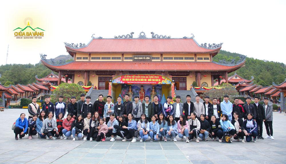 Thầy, cô giáo Trường THPT Chí Linh chụp ảnh lưu niệm tại chùa