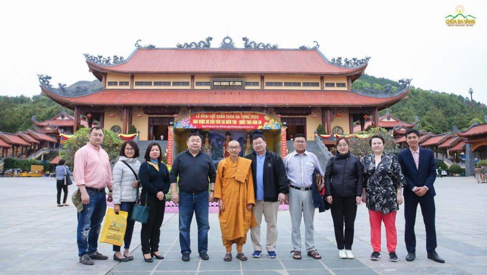 Ông D.Damdintseren và các lãnh đạo cấp cao Tổng cục thi hành án Mông Cổ thăm chùa Ba Vàng