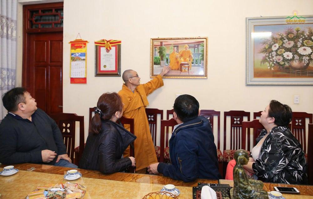 Đại đức Thích Trúc Bảo Nghĩa giới thiệu với phái đoàn về Sư Ông Thích Thanh Từ và Sư Phụ Thích Trúc Thái Minh