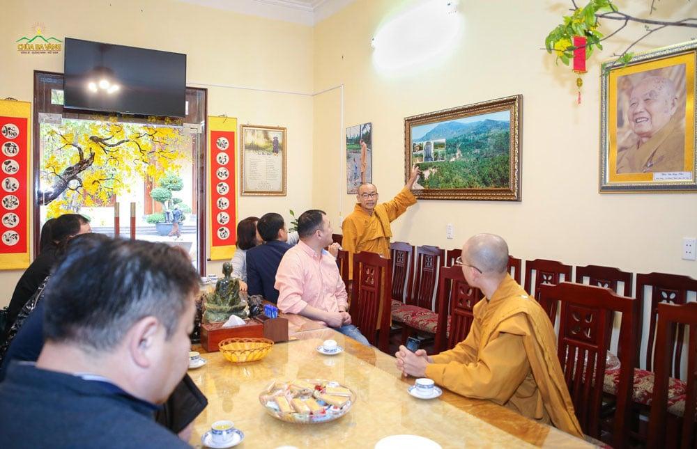 Đại đức giới thiệu với phái đoàn về lịch sử hình thành và quá trình phát triển của chùa