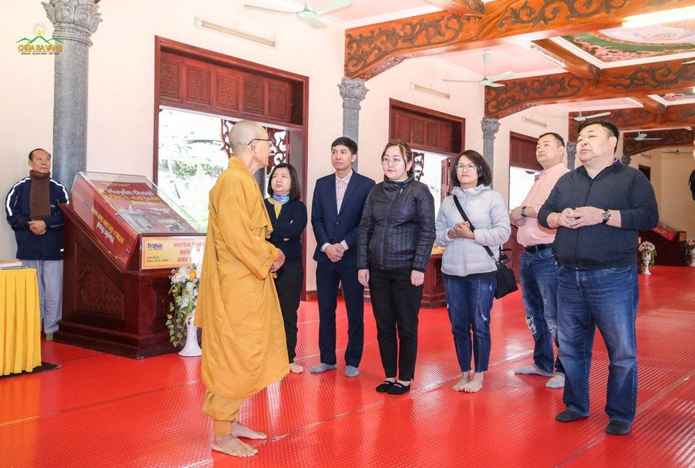 Đại đức Thích Trúc Bảo Nghĩa dẫn đoàn đi thăm quan khu đền thờ các anh hùng liệt sĩ của chùa