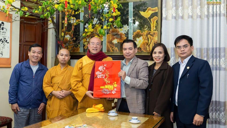 Cán bộ Ủy ban MTTQ Việt Nam tỉnh Quảng Ninh thăm và chúc Tết chùa Ba Vàng