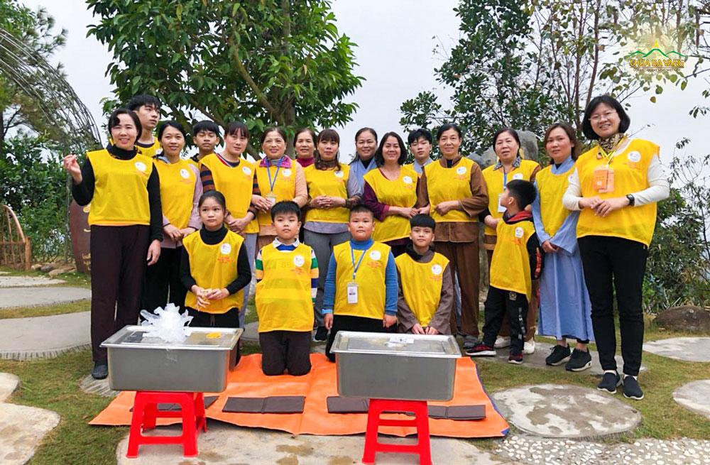 Đạo tràng Minh Long - Thanh Trì trong buổi lễ sớt bát cúng dường chư Tăng