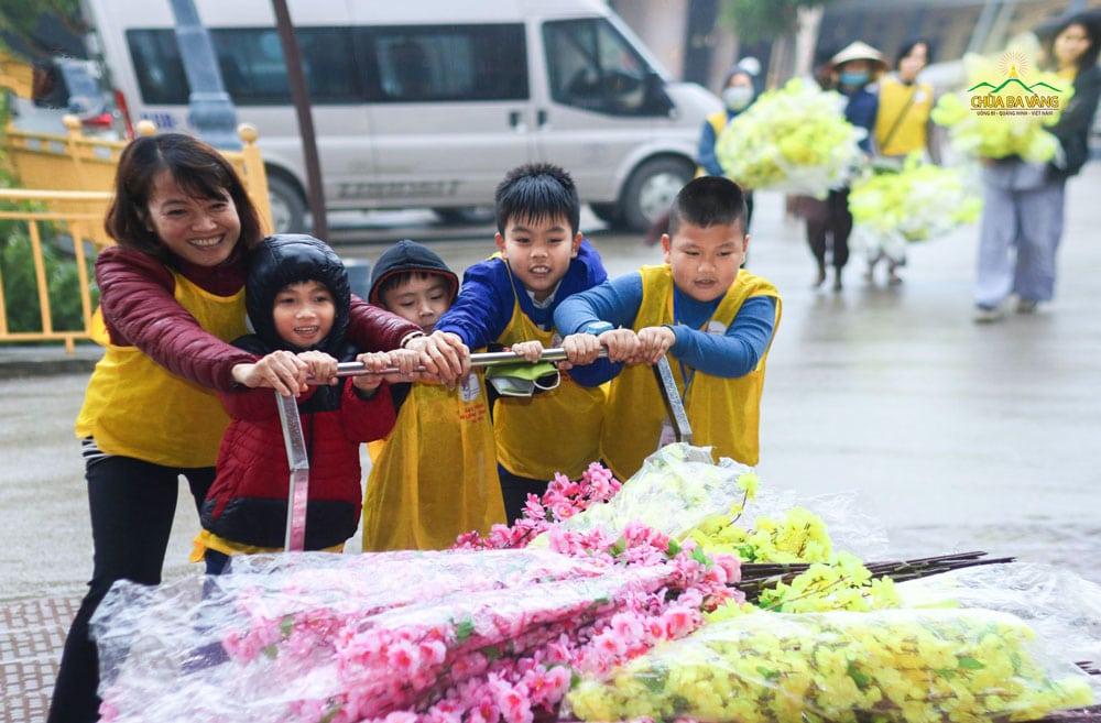 Con trai Phật tử Thanh Huyền (bé đứng giữa) hào hứng làm công quả cùng các bạn đồng trang lứa