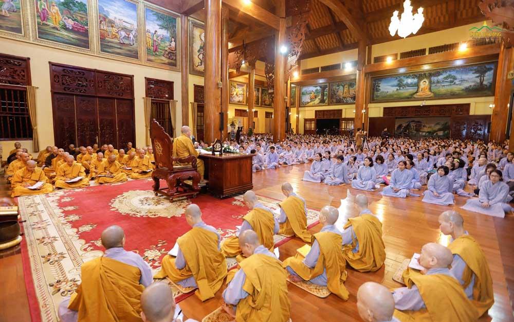 Chư Tăng Ni và Phật tử hướng tâm để lắng nghe những lời Pháp nhũ của Sư Phụ