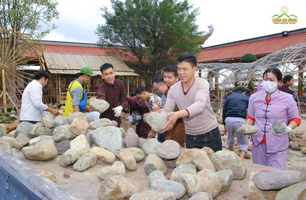 Phật tử rất vui khi được tham gia vận chuyển đá lên xe