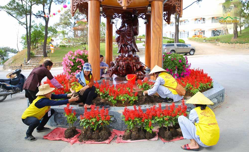 Các cô Phật tử đang trang trí khu vực tượng Phật Di Lặc