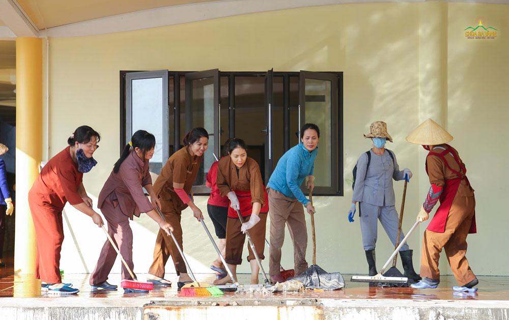 Các cô Phật tử đang tổng vệ sinh khu vực nhà Phật tử