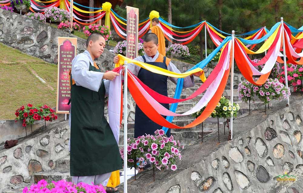 Chư Ni trang trí lối đi lên chiêm bái xá lợi Phật