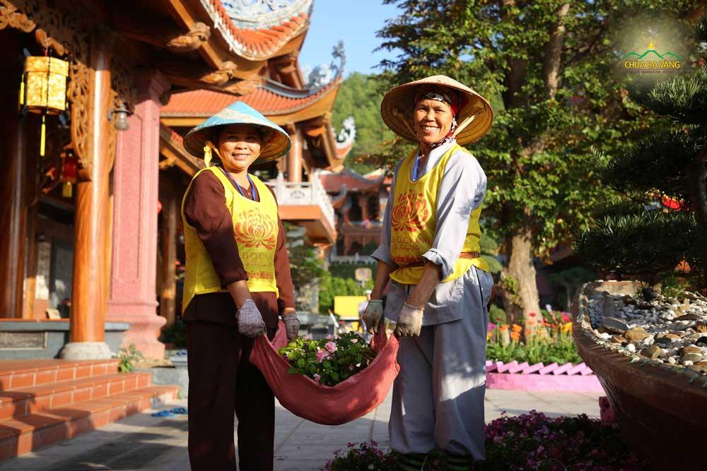 Niềm hân hoan của Phật tử khi được về chùa làm công quả, phụng sự Tam Bảo