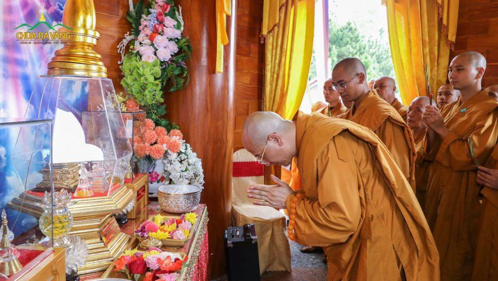 Sư Phụ và Tăng đoàn dâng hoa cúng dường tới xá lợi Phật