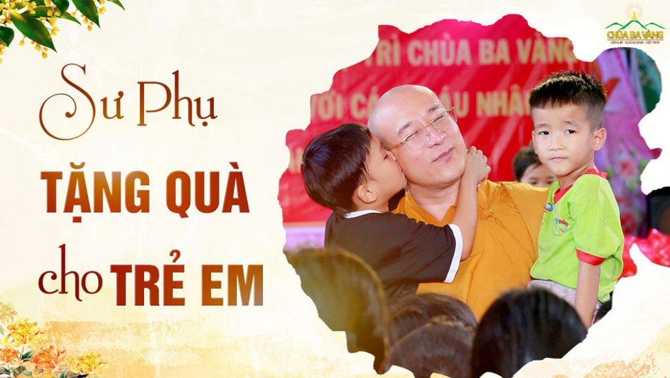 Sư Phụ Thích Trúc Thái Minh tặng quà cho trẻ em Trung tâm nhân đạo Quê Hương dịp Tết Nguyên Đán