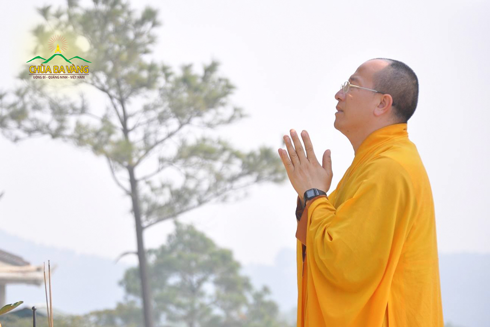 Sư Phụ niêm hương bạch Phật tại chùa cũ