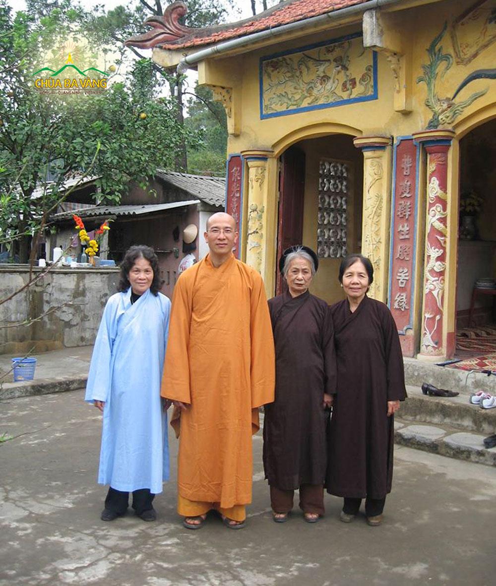 Sư Phụ và các Phật tử tại chùa cũ