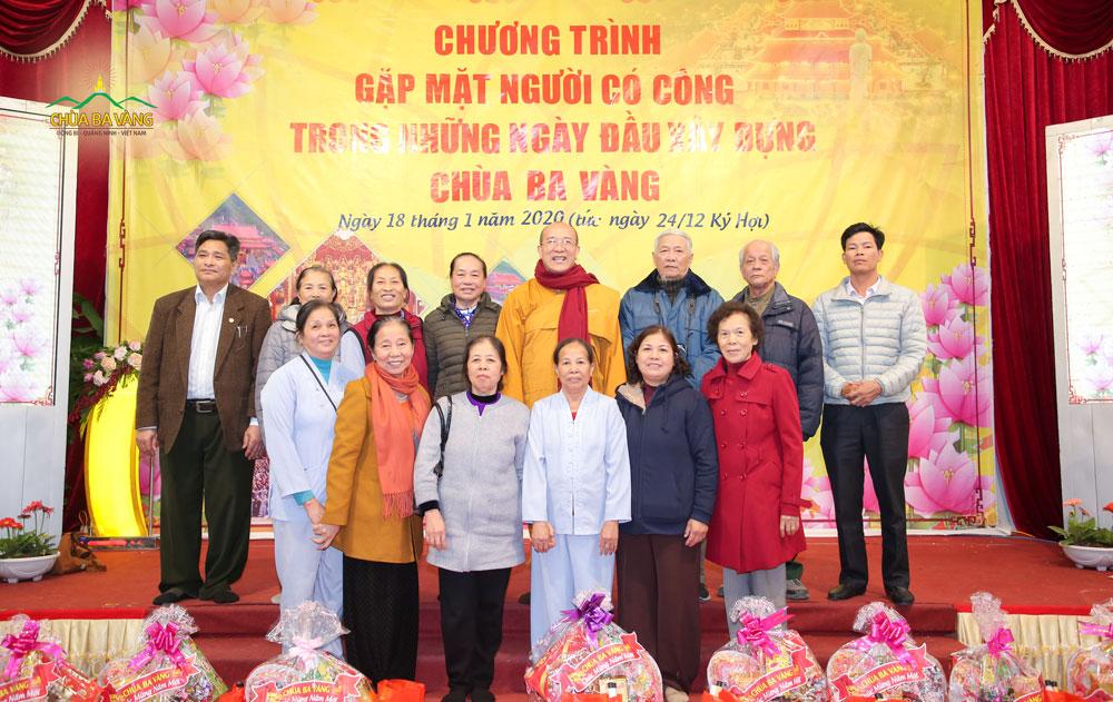 Sư Phụ chụp ảnh lưu niệm cùng với những Phật tử có công với chùa