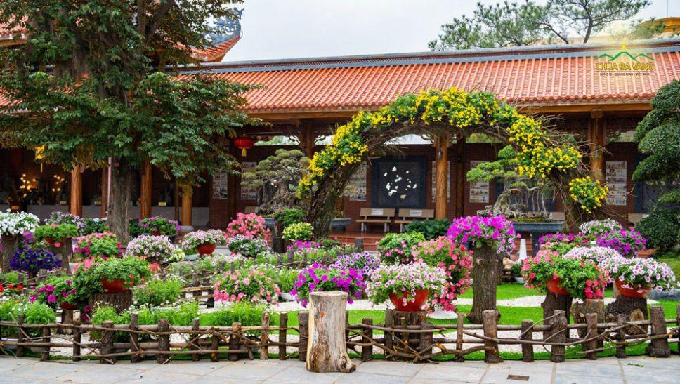 Dọc dãy hành lang La Hán là những tiểu cảnh hoa được tràng trí vô cùng đặc sắc