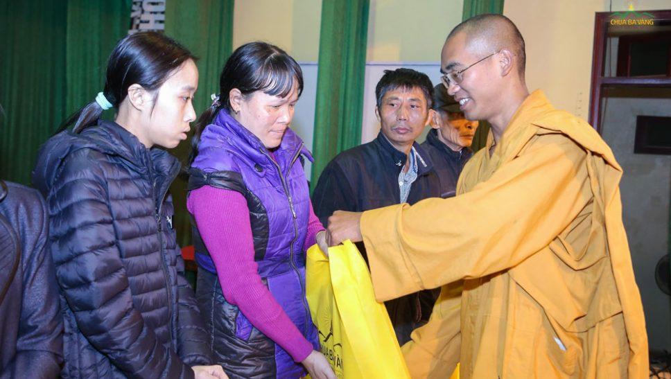 Đại đức Thích Trúc Bảo Tuệ trao quà từ thiện cho hộ dân nghèo