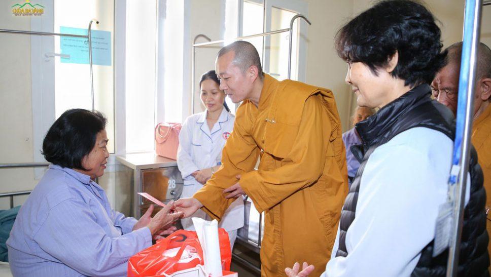 Bệnh nhân nghèo ấm lòng từ những phần quà chùa Ba Vàng trao tặng