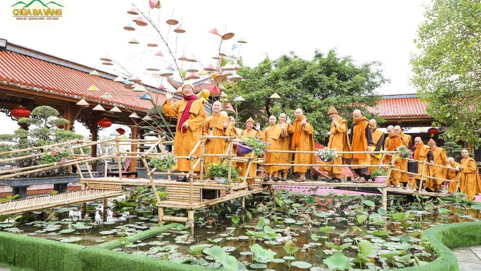 Sư Phụ và chư Tăng trên chiếc cầu tre tại sân chính điện