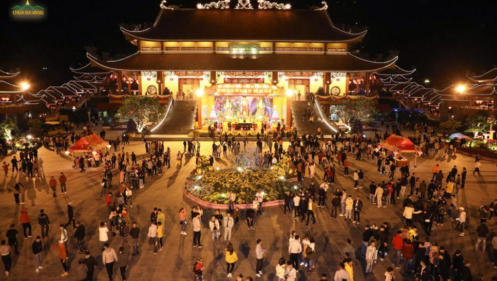 Mùng 02 Tết: Hàng nghìn du khách thập phương về chùa Ba Vàng du xuân, lễ Phật