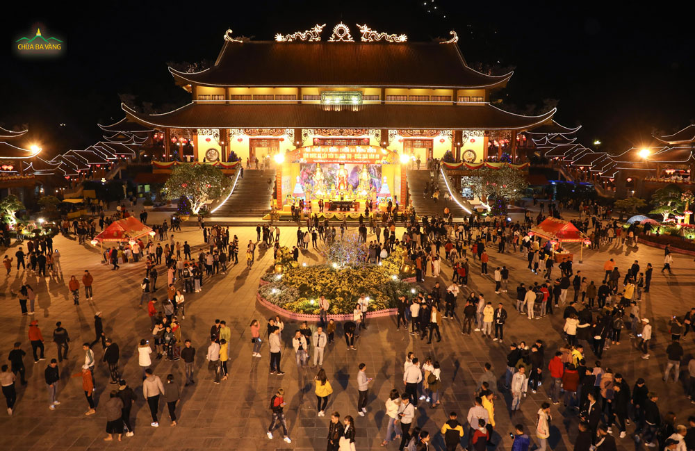 Vao buổi tối vẫn rât đông du khác về chùa tham quan lễ Phật