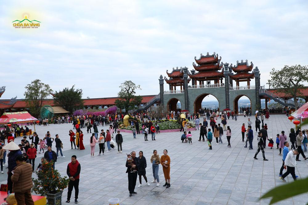 Ngay từ sáng sớm đã có rất đông du khách về chùa lễ Phật