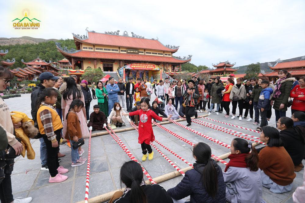 Du khách thích thú với những trò chơi dân gian tại sân chính điện