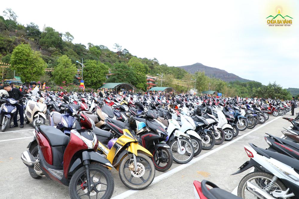 Tới buổi trưa các bãi trông xe miễn phí của chùa gần như không còn chỗ trống