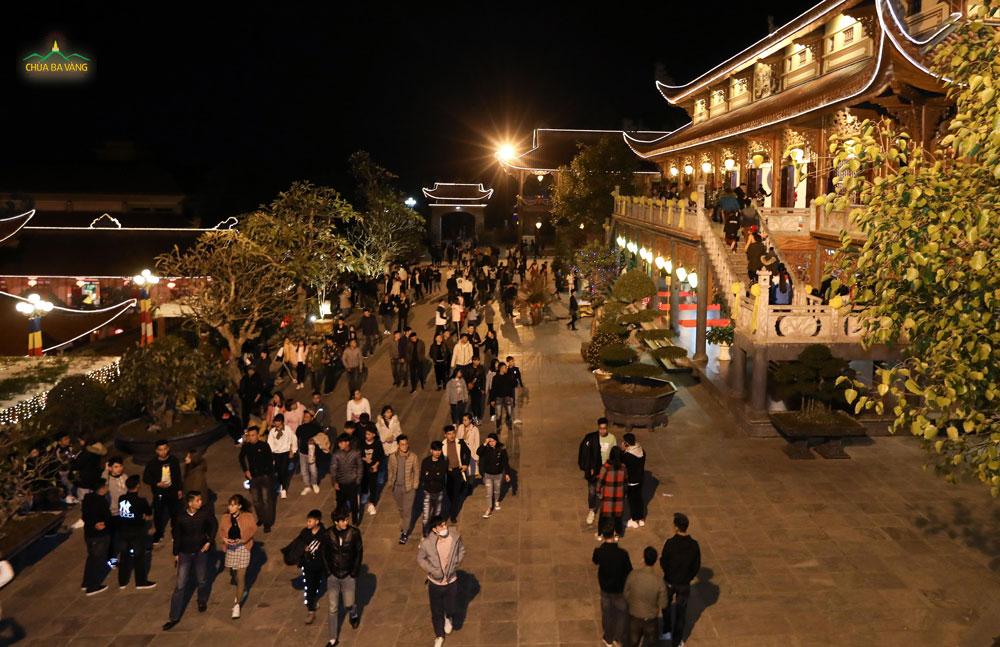 Khu vực nhà thờ Tổ cũng rất đông du khách chiêm bái lễ Phật
