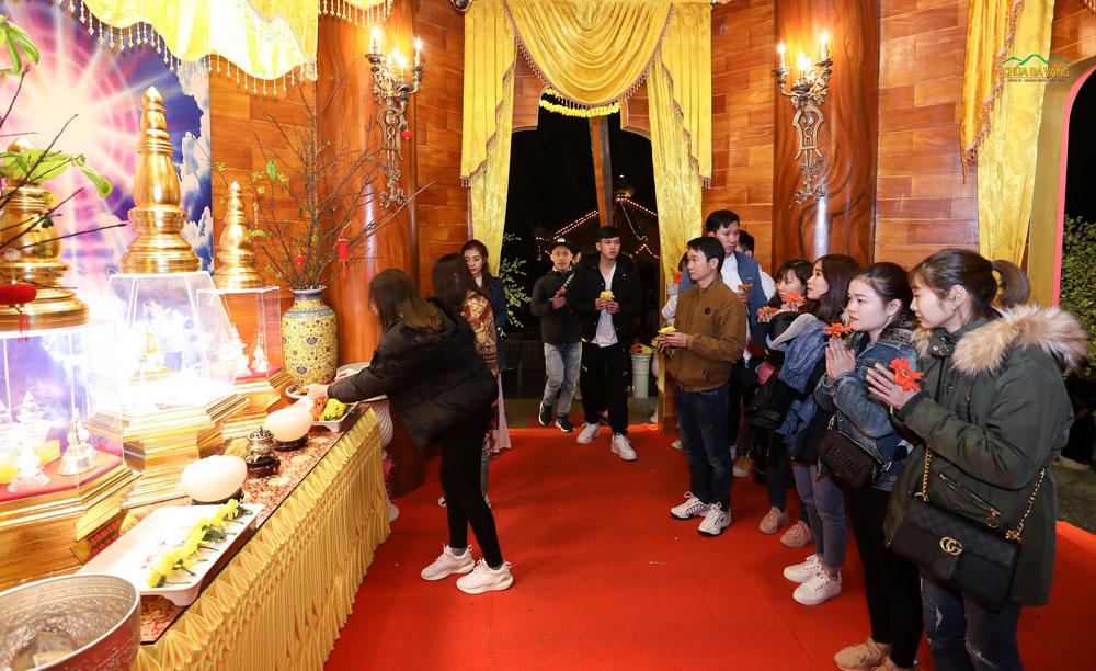 Nhiều bạn trẻ đang dâng hoa cúng dường Xá Lợi Phật