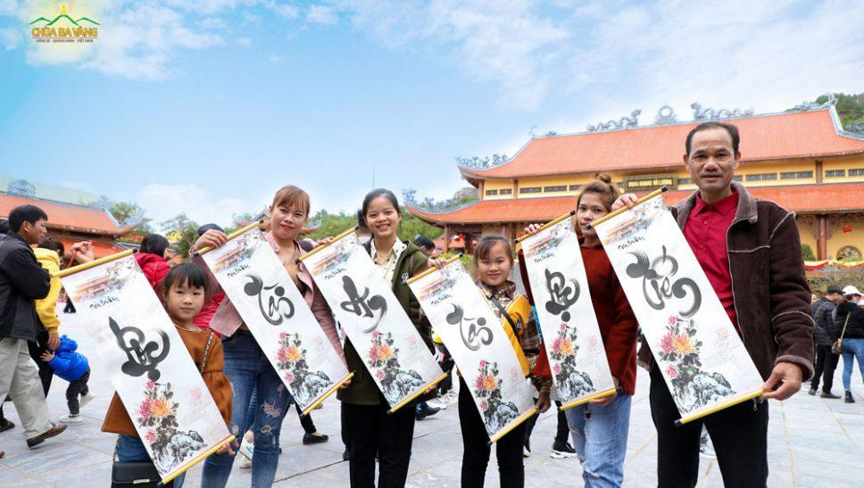 Gần 1500 bức thư pháp tặng du khách về chùa Ba Vàng du Xuân trong ngày mùng 2 Tết