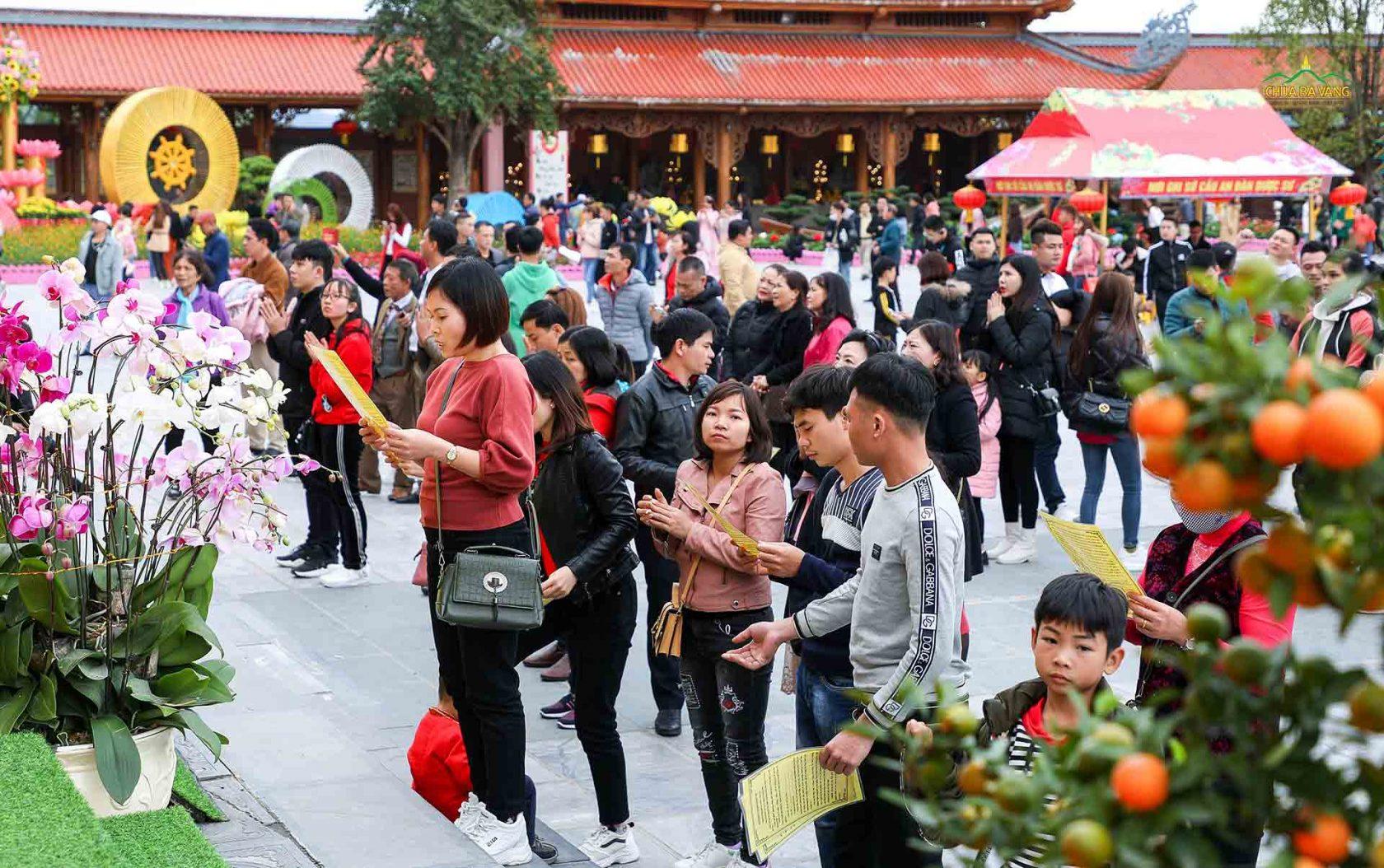 Nhiều bạn trẻ đọc lời khấn nguyện trước sân chính điện