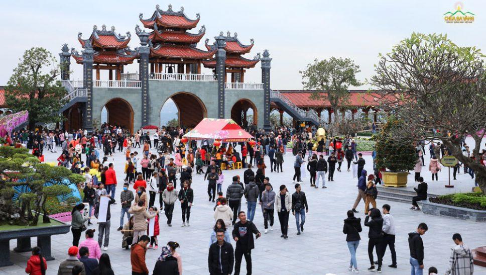 Hàng nghìn Phật tử lên chùa Ba Vàng du xuân lễ Phật trong ngày mùng 4 Tết