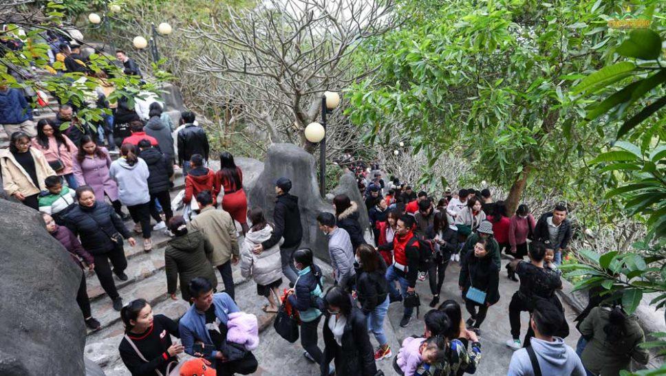 Đông đảo bạn trẻ nô nức về chùa Ba Vàng du xuân ngày mùng 3 Tết