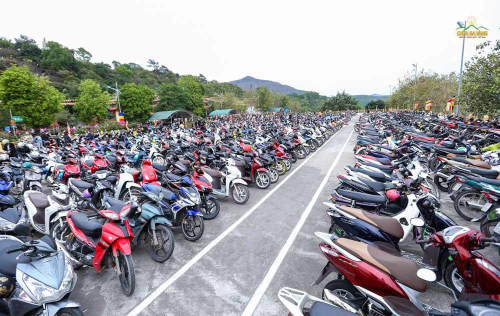 Bãi trông xe máy miễn phí của chùa ngày mùng 3 Tết trong trạng thái chật kín