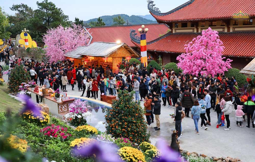 Khuv ực vường xuân tâm linh rất đông các bạn trẻ xin lời Phật dạy