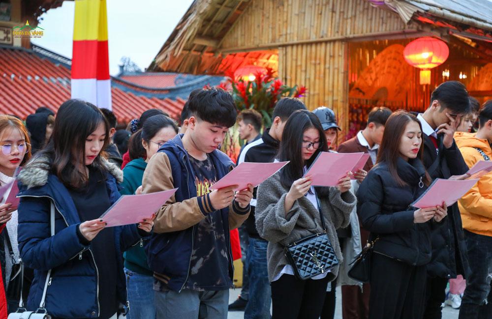 Các bạn trẻ đang đọc bài bạch để xin lời Phật dạy