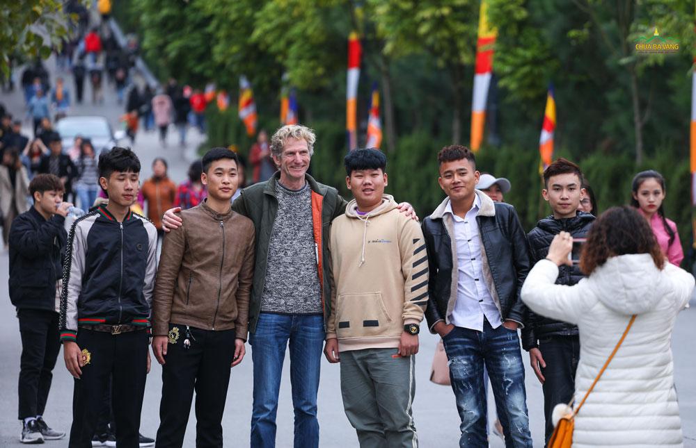 Các bạn trẻ hào hứng khi chụp ảnh với du khách nước ngoài