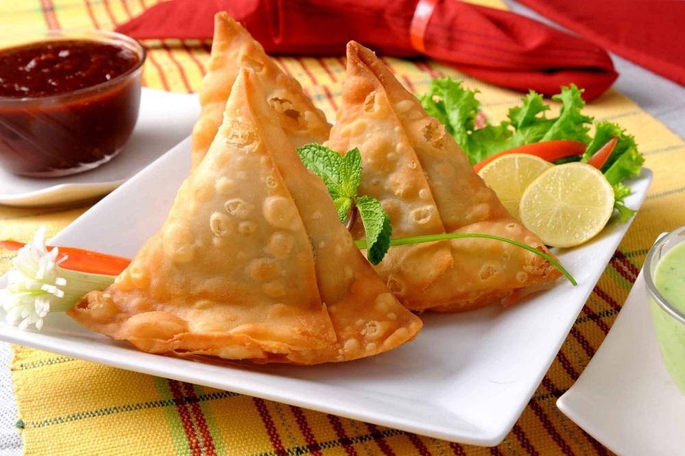 Chùa làm bánh Samosa xuất sứ từ Ấn Độ để tặng cho du khách khi về chùa du xuân lễ Phật