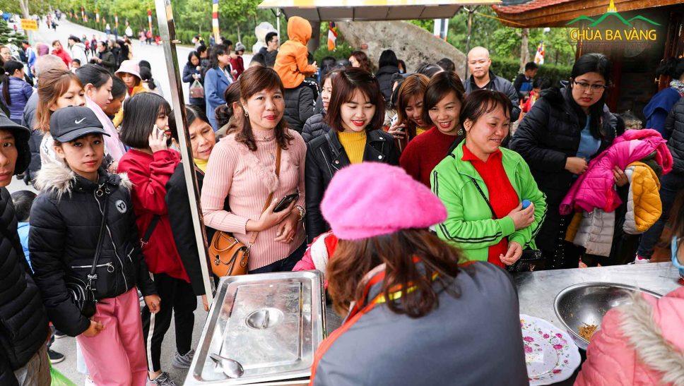 Du khách thích thú với món bánh Samosa - Ấn Độ miễn phí tại chùa Ba Vàng