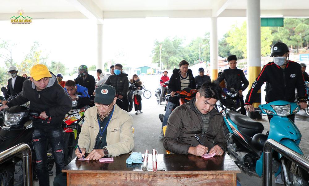Các Phật tử trong ban an ninh ghi vé cho khách