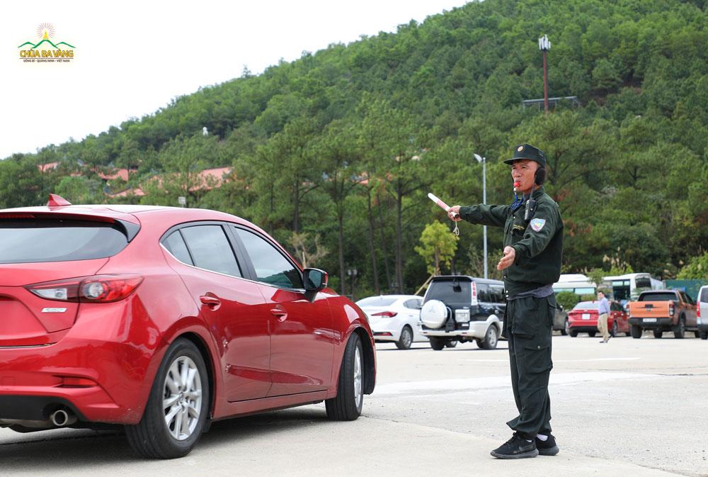 Phật tử trong ban an ninh đang điều phối xe