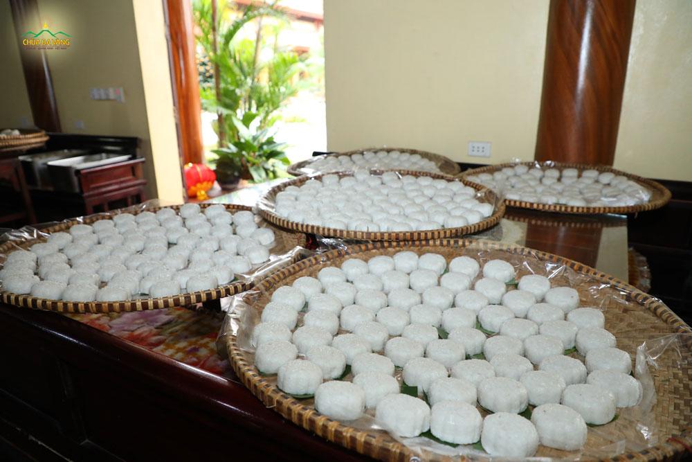 Ban hậu cần đã chuẩn bị rất nhiều xuất cơm nắm để phục vụ du khách
