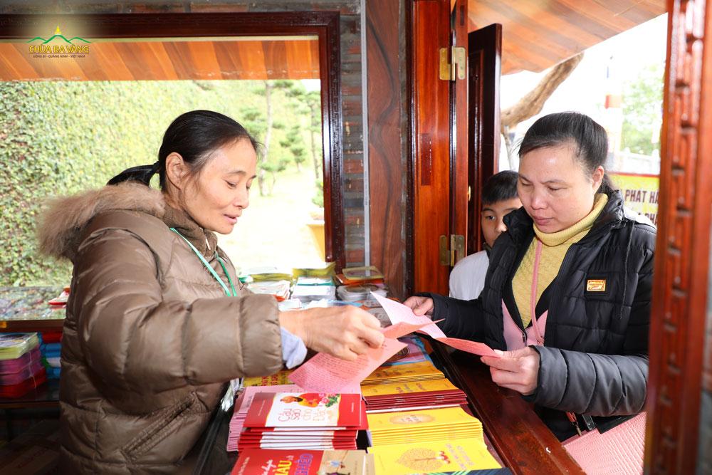 Phật tử tại quán phát hành kinh sách đang hướng dẫn khách